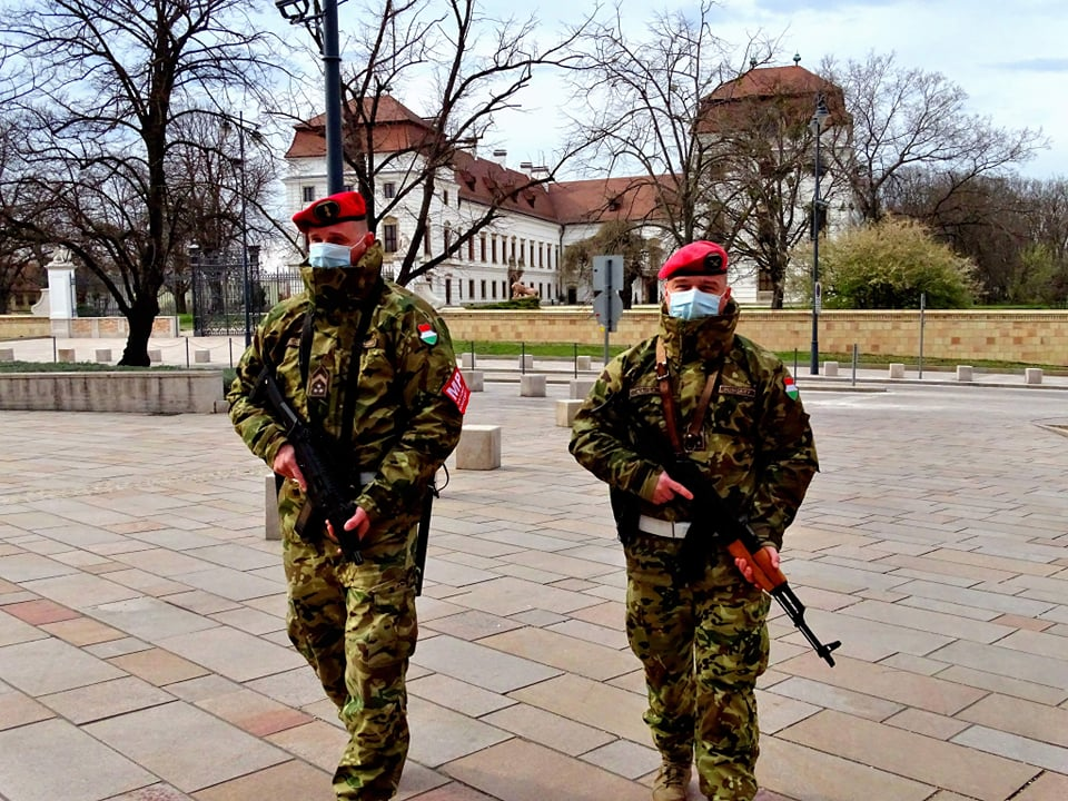 covid-19_hungarian_soldiers_armed_city_streets_3